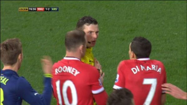 Michael Oliver reaction to di Maria shirt tug