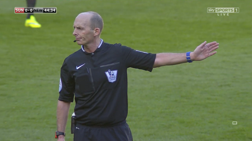 Mike Dean awards free-kick (SUN v NEW - 5th April 2015)